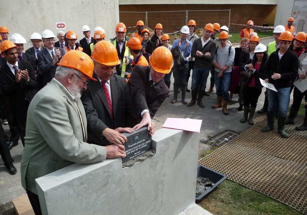 Les élus posent la première pierre de la restructuration de l'usine de Villejean le 21 juin 2011