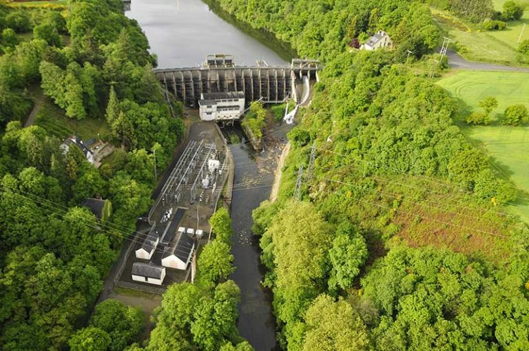 Vue aérienne du barrage de Rophémel dans les Côtes d'Armor